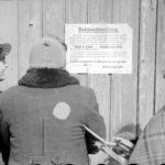 Polen, Zichenau, Juden vor einer Bekanntmachung