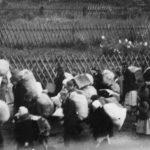 Wysiedlenie ludności polskiej z okolic Żywca, w latach 1940-1941. Tablica z numerem oznacza numer wagonu kolejowego przeznaczonego dla poszczególnych grup wysiedleńców.