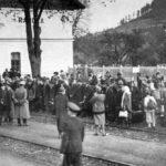 Przesiedleńcy niemieccy przyjmowani w latach 1940-1941 przez władze niemieckie na stacji w Rajczy.